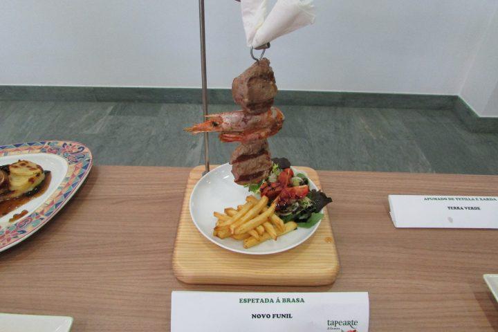 Novo Funil. Espetada á brasa. Mistura de carne e marisco á brasa en compaña de patacas e verduras